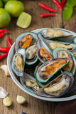 Gestoomde mosselen met kruidige zeevruchten onderdompelende saus Stock Fotografie