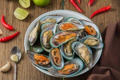 Gestoomde mosselen met kruidige zeevruchten onderdompelende saus Stock Afbeeldingen