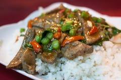 Gestoomde rijst, basilicumbladeren en lever Royalty-vrije Stock Afbeelding