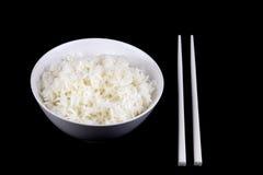 Gestoomde Rijst in Kom met Eetstokjes op Zwarte Achtergrond stock fotografie
