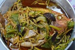 Gestoomde vissen met de plakgember van het sojasausbovenste laagje en paddestoel in pot Stock Foto's