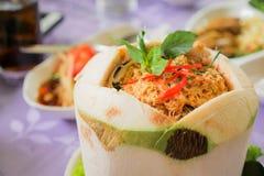 Gestoomde zeevruchten met kerriedeeg in kokosnoot Royalty-vrije Stock Fotografie