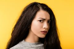 Gestoord doen schrikken waakzaam omzichtig emotioneel meisje royalty-vrije stock fotografie