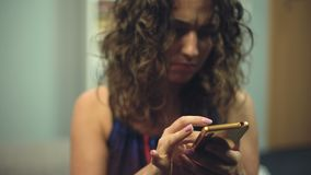 Gestoorde vrouw die iets zoeken in telefoon die mudra voor meditatie proberen te vinden stock videobeelden