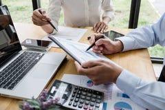 Gestor de equipe de dois negócios que tem uma discussão com as estatísticas financeiras do sucesso novo do projeto, sócio que enc fotos de stock royalty free