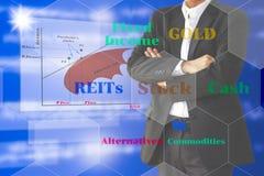 Gestor de fondos de inversión con el diagrama y el activo todo de la gestión de cartera Foto de archivo
