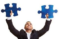 Gestore che tiene le grandi parti del puzzle Immagine Stock