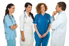 Gestore dell'ospedale che comunica con i medici Fotografia Stock