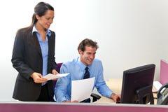Gestore di ufficio e collega del lavoro Immagini Stock Libere da Diritti