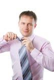 Gestore per legare un legame sulla camicia dentellare Immagine Stock