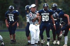 Gestos del árbitro después de un juego de fútbol de la escuela secundaria imagen de archivo libre de regalías