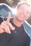 Gestos del hombre joven con el dedo extendido Fotografía de archivo libre de regalías