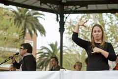 Gestos del intérprete de la mujer del lenguaje de signos durante una reunión Foto de archivo libre de regalías