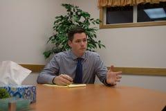 Gestos do homem de negócio na reunião Imagens de Stock
