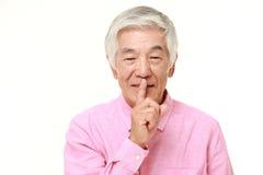 Gestos japoneses superiores do silêncio do whith do homem Foto de Stock Royalty Free