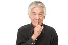 Gestos japoneses superiores do silêncio do whith do homem Imagem de Stock Royalty Free