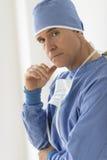 Gestraffter Chirurg Standing In Hospital Stockbild