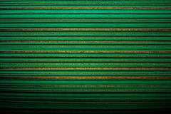 Gestreept behang Heldergroene achtergrond in een horizontale verdonkerde streep van gouden kleur, vignet royalty-vrije stock fotografie
