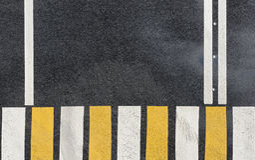 Gestreept zebrapad op een achtergrond van de asfaltweg Royalty-vrije Stock Fotografie