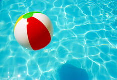 Gestreepte bal in de pool Stock Fotografie