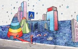 Gestreepte de kunst Portugese tegels van de teken surreal straat, Lissabon Royalty-vrije Stock Afbeeldingen