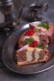 Gestreepte die cake met bessen wordt verfraaid Royalty-vrije Stock Foto's