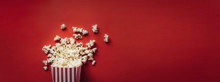 Gestreepte doos met popcorn stock foto's
