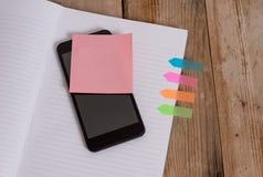 Gestreepte harde smartphone kleverige nota vier van het sluitnotaboek gekleurde pijlbanners nam retro uitstekende rustieke oude d stock foto's