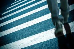 Gestreepte kruising en voetganger Stock Afbeeldingen