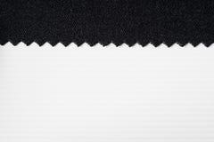 Gestreepte in reliëf gemaakte document en stof Witte en zwarte achtergrond Royalty-vrije Stock Afbeeldingen