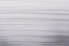 Gestreepte ruwe witte textuur van pagina'sdocument met contrastgradiënt, abstracte achtergrond Stock Afbeelding
