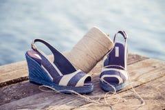 Gestreepte sandals, liggen op borstmeer, bal van garen, de Schoenen van Vrouwen royalty-vrije stock fotografie