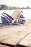 Gestreepte sandals, liggen op borstmeer, bal van garen, de Schoenen van Vrouwen royalty-vrije stock foto