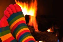 Gestreepte sokken door open haard royalty-vrije stock foto