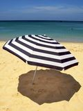 Gestreepte strandparaplu Royalty-vrije Stock Afbeelding