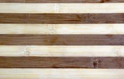 Gestreepte tweekleurige houten oppervlakte voor de achtergrond royalty-vrije stock foto's