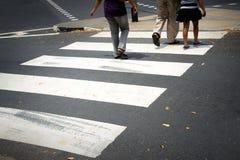 Gestreepte voetgangersoversteekplaatslijn Stock Foto