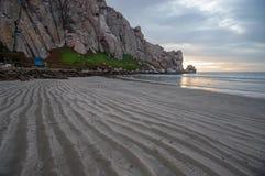 Gestreepte zandpatronen bij zonsondergang bij Morro-Rots op de centrale kust van Californië bij Morro-Baai Californië de V.S. royalty-vrije stock foto's