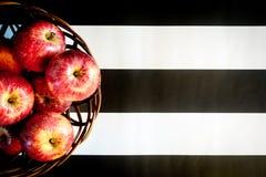 Gestreepte zwart-witte achtergrond Rode appelen op gestreepte zwart-witte achtergrond Vlak leg, hoogste mening, ruimte voor tekst royalty-vrije stock foto