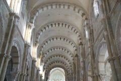Gestreifte Bögen der Wölbung der Basilika Sainte-Marie-Madeleine in Vezelay Stockfotos