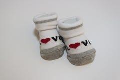 Gestreifte Babysocken auf weißem Hintergrund stockfotos