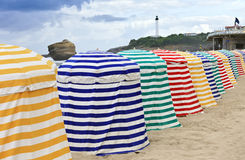 Gestreifte beachtents auf Sand, Biarritz, Frankreich Lizenzfreies Stockfoto
