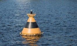 Gestreifte Boje auf dem Wasser Lizenzfreie Stockfotografie