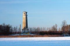 Gestreifte Landschaft - gefrieren Sie auf dem Fluss, der alte Leuchtturm und das blau Lizenzfreies Stockfoto