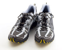 Gestreifte laufende Schuhe auf weißer oberster Vorderansicht Lizenzfreies Stockfoto