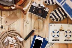 Gestreifte Pantoffel, Kamera, Tasche und Seedekorationen, Draufsicht Lizenzfreie Stockbilder