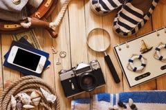Gestreifte Pantoffel, Kamera, Tasche und Seedekorationen, Draufsicht Lizenzfreie Stockfotografie