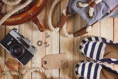 Gestreifte Pantoffel, Kamera, Tasche und Seedekorationen, Draufsicht Lizenzfreies Stockfoto