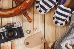 Gestreifte Pantoffel, Kamera, Tasche und Seedekorationen, Draufsicht Lizenzfreie Stockfotos