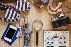 Gestreifte Pantoffel, Kamera, Telefon und Miniatur des Freiheitsstatuen Lizenzfreie Stockfotografie